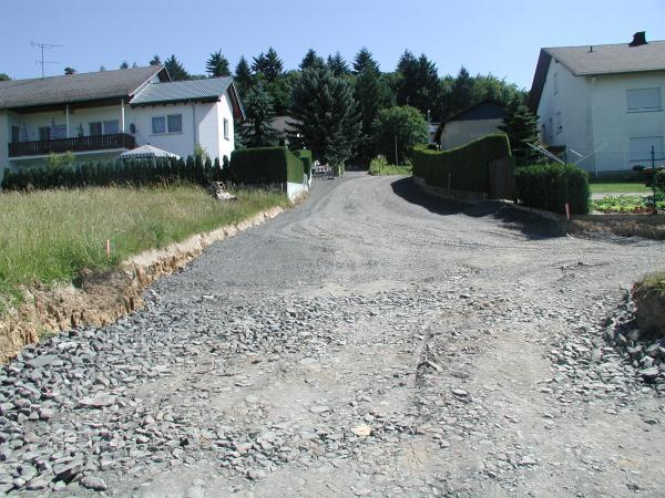 Baugebietsstraße teilerschlossen, vor Endausbau