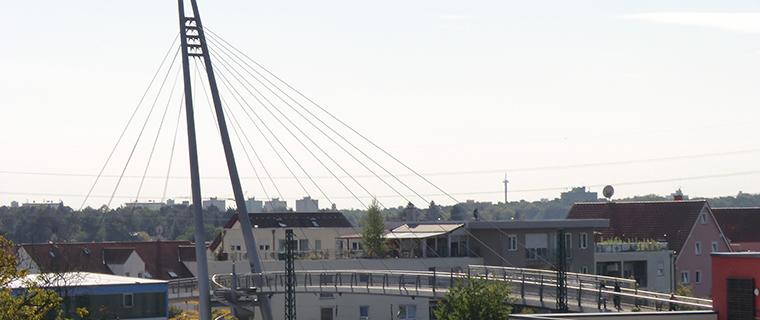 Pylonenbrücke über die Bahnlinie