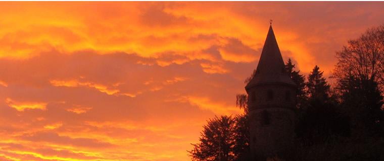 Der Kirbergturm in der Morgenröte