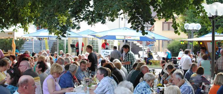 Gemütliches Beisammensitzen - Das Weinfest in Weilmünster
