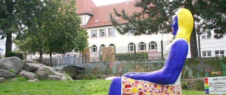 »Die Sitzriesin« in Rödermark