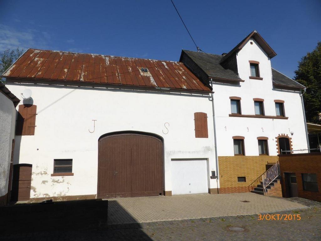 Wohnhaus mit leerstehendem Wirtschaftsgebäude